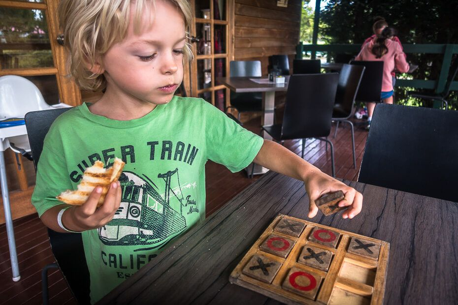 Playing noughts and crosses at the cafe